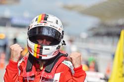 Победитель гонки Себастьян Феттель, Ferrari празднует победу в закрытом парке