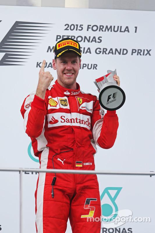 Ganador de la Carrera Sebastian Vettel, Ferrari celebra en el podio