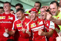 Победитель гонки Себастьян Феттель, Ferrari празднует победу на подиуме