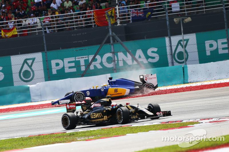 Пастор Мальдонадо, Lotus F1 E23 проїжджає Маркус Ерікссон, Sauber C34 who розвертає машину out race