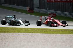 Льюис Хэмилтон Mercedes AMG F1 W06 и Себастьян Феттель Ferrari SF15-T в битве за лидерство