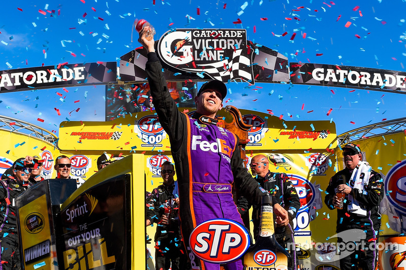 Ganador de la carrera, Denny Hamlin, Joe Gibbs Racing Toyota, celebra