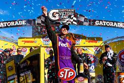 1. Denny Hamlin, Joe Gibbs Racing, Toyota, feiert