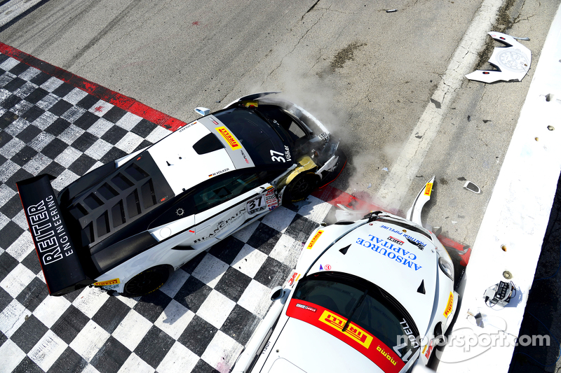 #17 Global Motorsports Group Porsche 911 GT3 Cup: Alec Udell dan #37 Reiter Engineering Lamborghini Gallardo: Max Volker bertabrakan