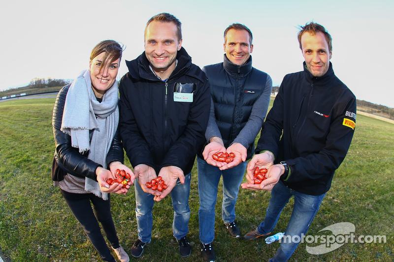Los miembros del equipo Rinaldi racing encuentran los huevos de Pascua en el circuito