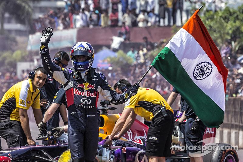 David Coulthard, Red Bull Racing mengibaskan bendera India di akhir Red Bull Show Run 2015 di Jalan Necklace di Hyderabad, India