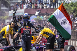 David Coulthard, Red Bull Racing agite le drapeau indien à la fin du Red Bull Show Run 2015 à la Necklace Road de Hyderabad, en Inde