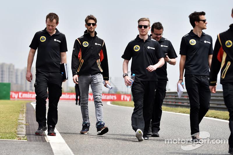 Romain Grosjean, Lotus F1 y Jolyon Palmer, Lotus F1, Piloto de pruebas y reserva, mientras recorren el circuito.
