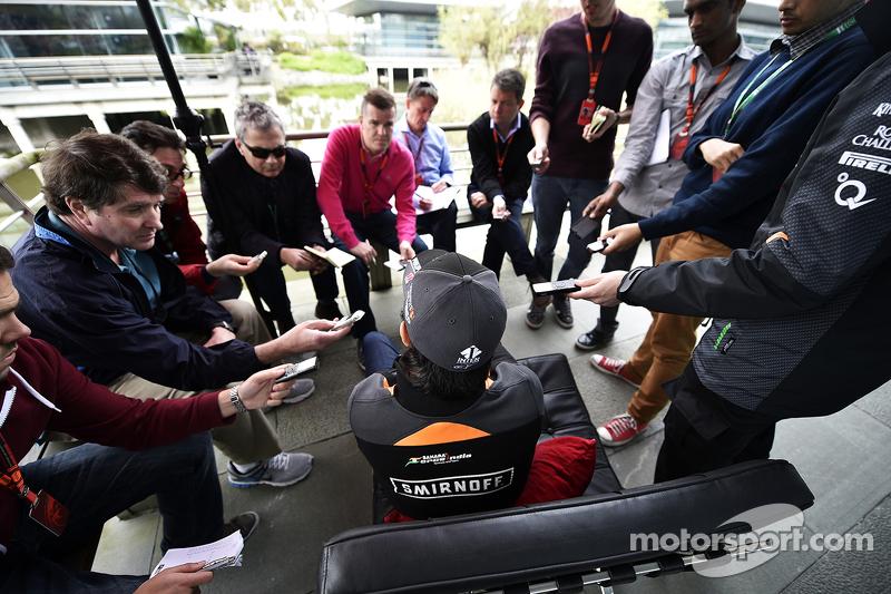 Sergio Perez, Sahara Force India F1, con la prensa
