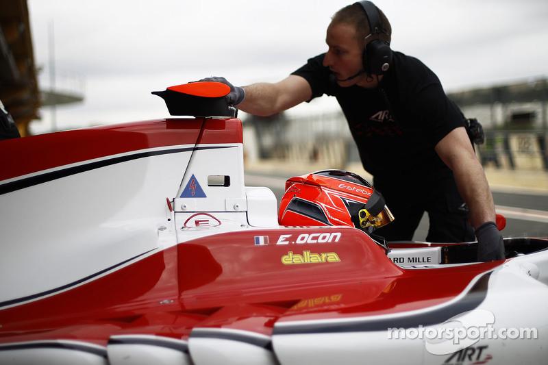 Esteban Ocon, ART Grand Prix, wird in die Garage zurückgeschoben