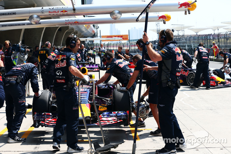 Daniel Ricciardo, Red Bull Racing RB11 y Daniil Kvyat, Red Bull Racing RB11 en los pits