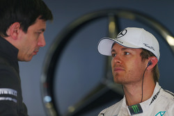Исполнительный директор и совладелец Mercedes AMG F1 Тото Вольф с пилотом Mercedes AMG F1 Нико Росбергом