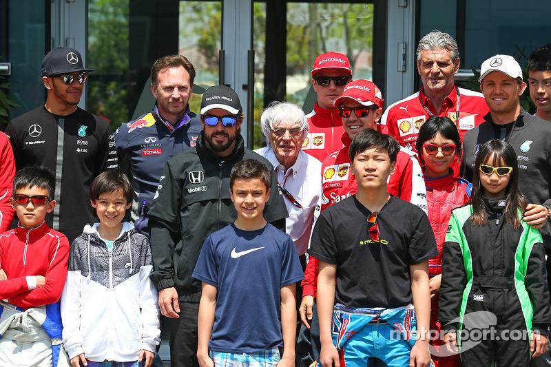 Lewis Hamilton, Mercedes AMG F1; Christian Horner, Red Bull Racing Team Principal; Fernando Alonso,