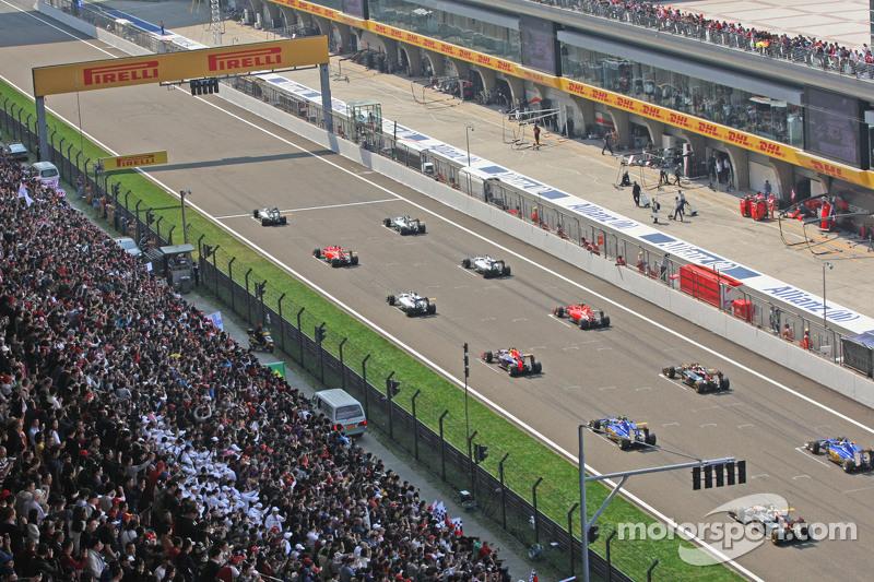 Льюис Хэмилтон, Mercedes AMG F1 W06 на пул-позиции на старте гонки