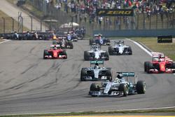 Льюис Хэмилтон, Mercedes AMG F1 W06 лидирует после старта гонки