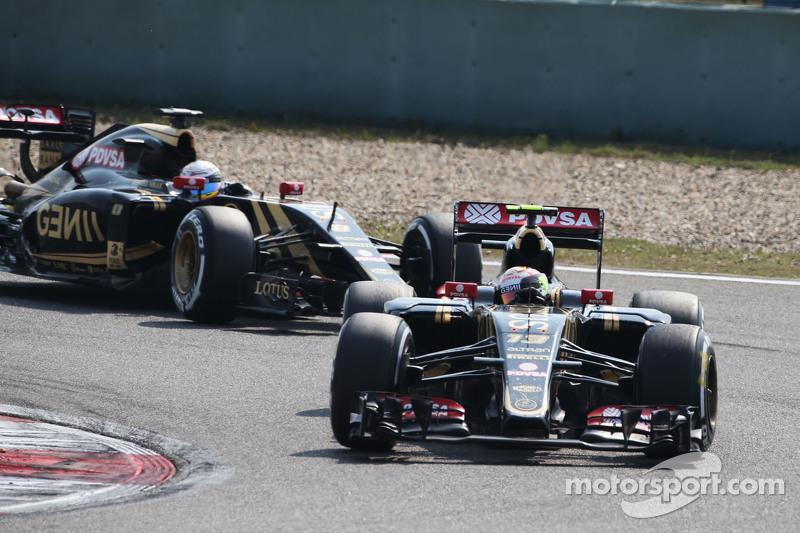 Pastor Maldonado, Lotus F1 E23 leads team mate Romain Grosjean, Lotus F1 E24