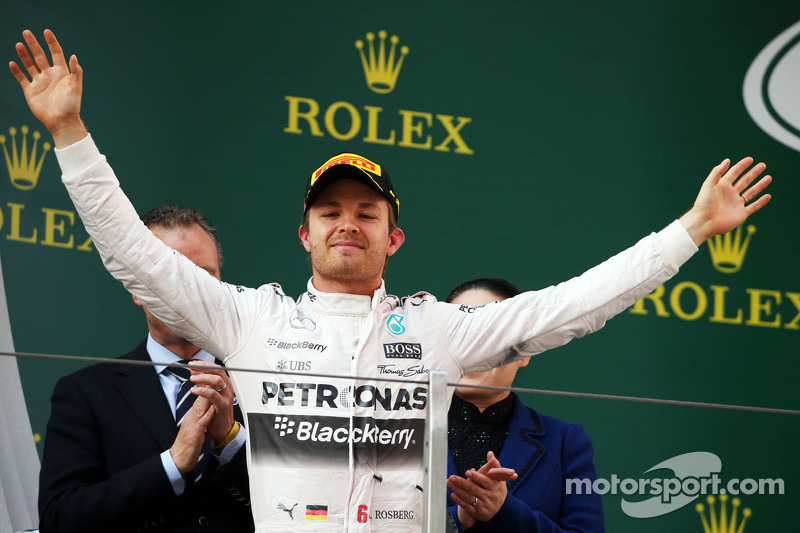 Nico Rosberg Mercedes AMG F1 merayakan his second position di podium