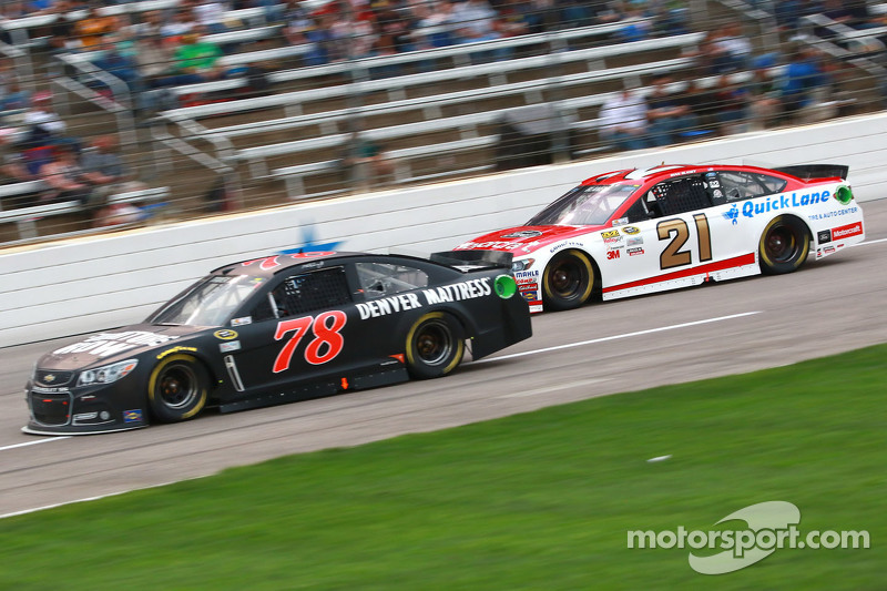 Martin Truex jr., Furniture Row Racing, Chevrolet, und Ryan Blaney, Wood Brothers Racing, Ford