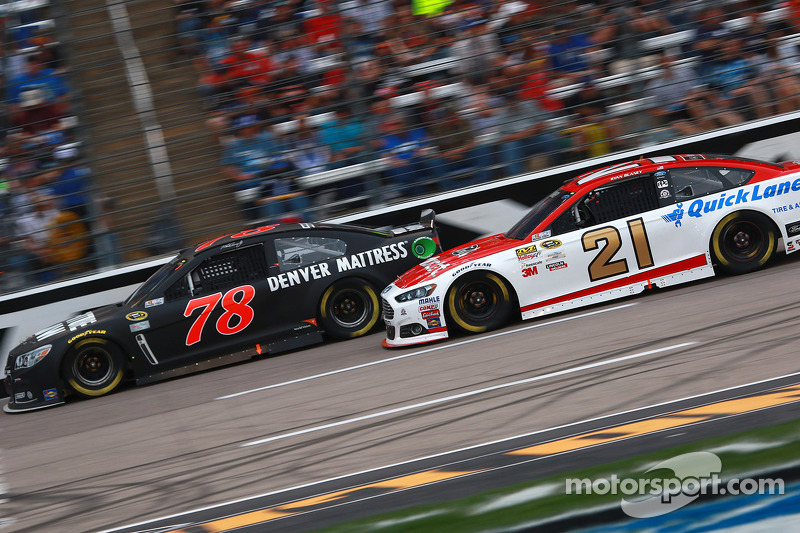 Martin Truex jr., Furniture Row Racing, Chevrolet, und Ryan Blaney, Woods Brothers Racing, Ford