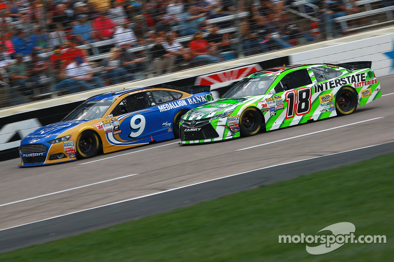 Sam Hornish Jr., Richard Petty Motorsports Ford, dan David Ragan, Joe Gibbs Racing Toyota