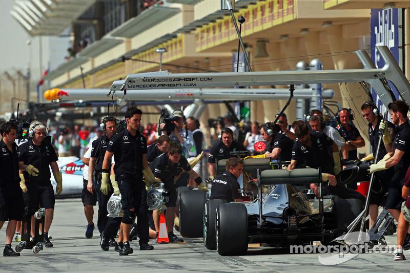 Nico Rosberg, Mercedes AMG F1 W06, und Lewis Hamilton, Mercedes AMG F1 W06, in der Box