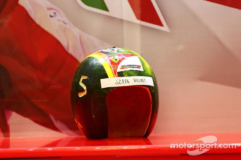 Sebuah helm cadangan untuk Sebastian Vettel, Ferrari