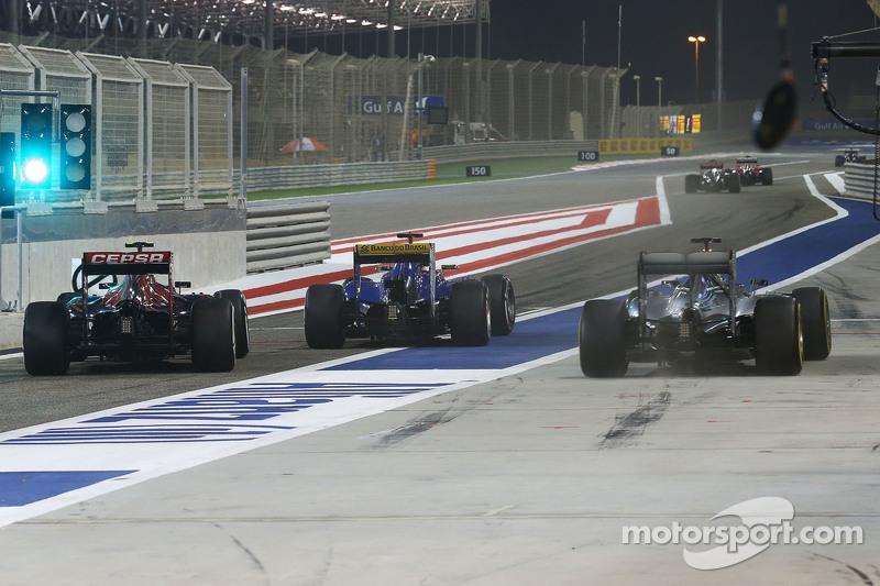 Nico Rosberg, Mercedes AMG F1 W06; Carlos Sainz jr., Scuderia Toro Rosso STR10, und Marcus Ericsson,