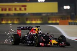 Искры вылетают из-под машины Даниэля Риккардо, Red Bull Racing RB11