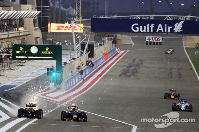 Pastor Maldonado, Lotus F1 E23 and Max Verstappen, Scuderia Toro Rosso STR10 battle for position