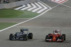 Nico Rosberg, Mercedes AMG F1 W06 en Sebastian Vettel, Ferrari SF15-T, strijden om positie