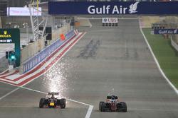 Daniil Kvyat, Red Bull Racing RB11, und Fernando Alonso, McLaren MP4-30, im Zweikampf