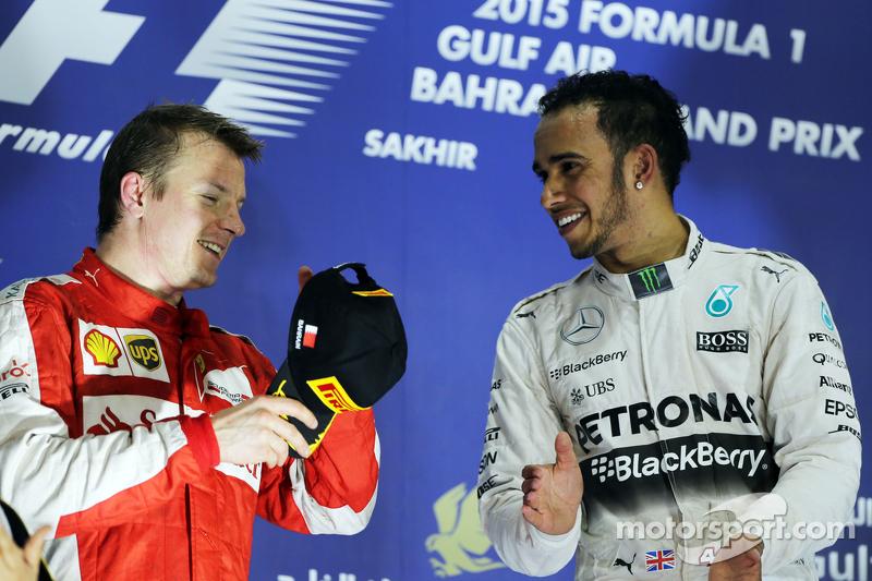 Pódio: segundo colocado, Kimi Raikkonen, Ferrari com Lewis Hamilton, Mercedes AMG F1