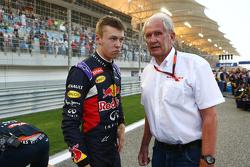Даниил Квят, Red Bull Racing и доктор Хельмут Марко, консультант Red Bull Motorsport на стартовой ре