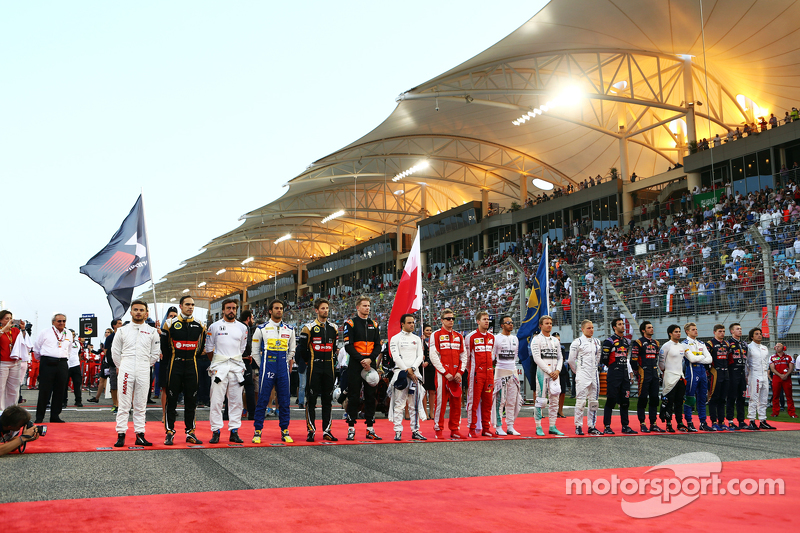 Die Fahrer bei der Nationalhymne an der Spitze der Startaufstellung
