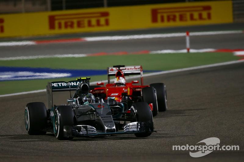 Nico Rosberg, Mercedes AMG F1 W06 memimpin Sebastian Vettel, Ferrari SF15-T