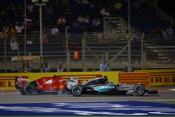 Борьба за позицию - Льюис Хэмилтон, Mercedes AMG F1 W06 и Кими Райкконен, Ferrari SF15-T battle for position