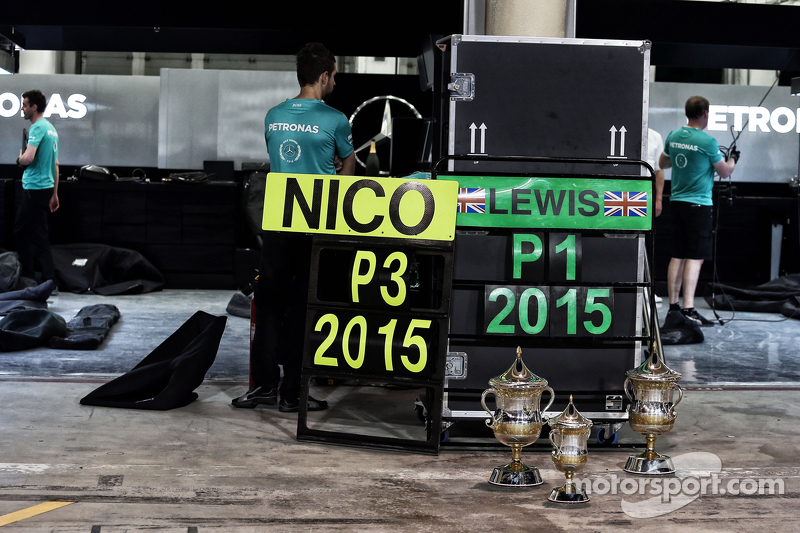 P1 та P3 трофеї для Mercedes AMG F1 team