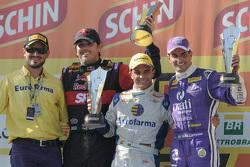 منصة تتويج السباق الثاني: كاكا بوينو، ماكس ويلسون وجوليو كامبوس