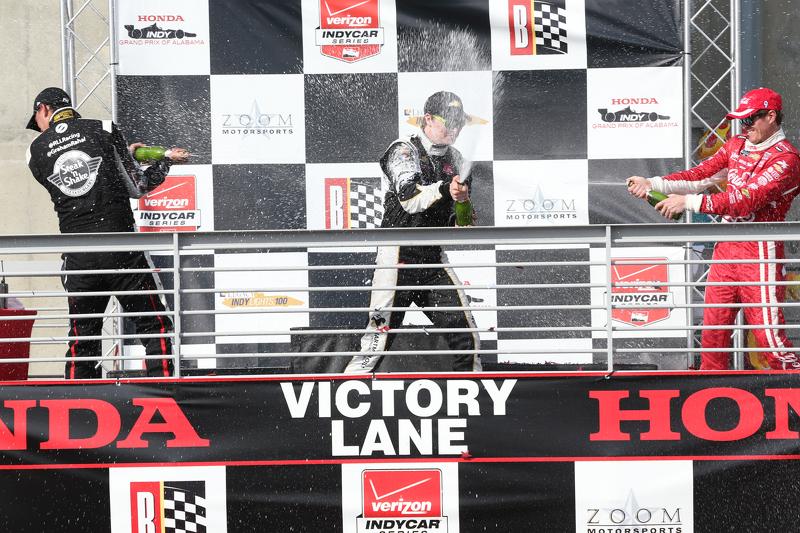 Podium: 2. Graham Rahal, Rahal Letterman Lanigan Racing; 1. Josef Newgarden, CFH Racing, und 3. Scott Dixon, Chip Ganassi Racing