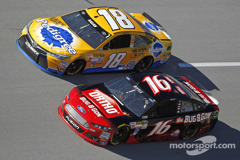 David Ragan, Joe Gibbs Racing, Toyota, und Greg Biffle, Roush Fenway Racing, Ford