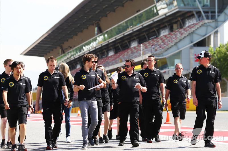 Romain Grosjean, Lotus F1 Team walks the circuit with the team