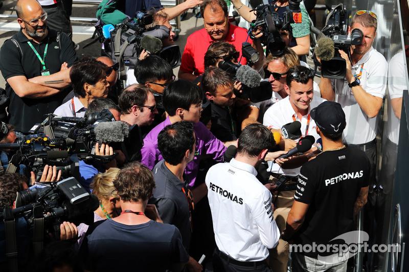 Lewis Hamilton, Mercedes AMG F1, mit Will Buxton, NBC-Reporter, und der Presse