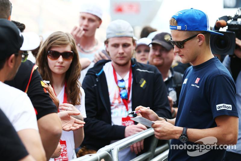 Маркус Ерікссон, Sauber F1 Team роздає автографи фанатам