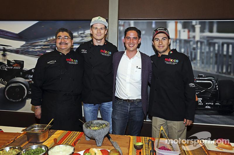 (从左到右)Rubén Boldo Villegas厨师,来自印度力量F1车队的尼克·胡肯伯格和塞尔吉奥·佩雷斯和墨西哥大奖赛市场总监,一起在车队休息区做墨西哥菜