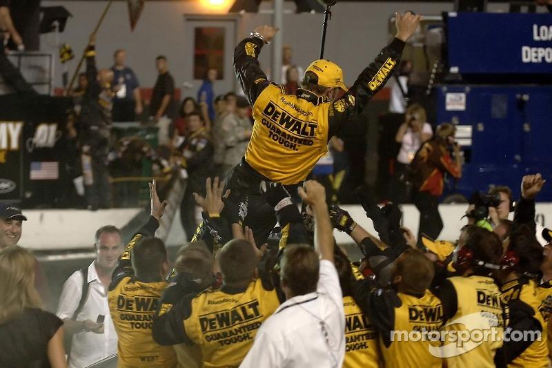 El ganador de la carrera, Matt Kenseth festeja