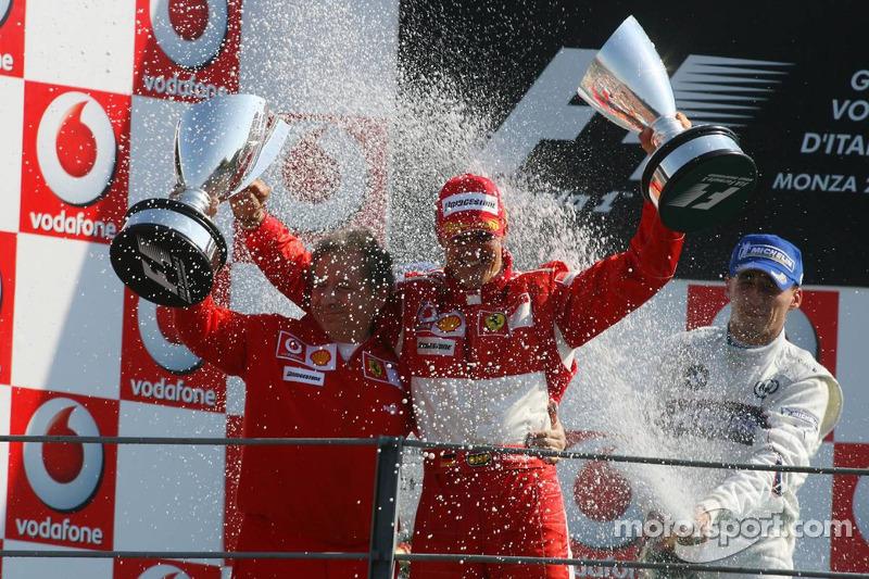 Podium: Champagner für Michael Schumacher und Jean Todt