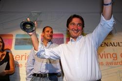 Адриан Кампос показывает награду для самой дружелюбной команды - Campos Racing