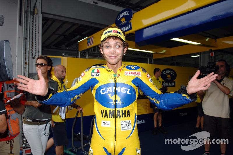 Ganador de la pole Valentino Rossi celebra