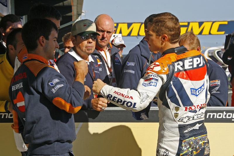 Ganador de la pole Nicky Hayden celebra