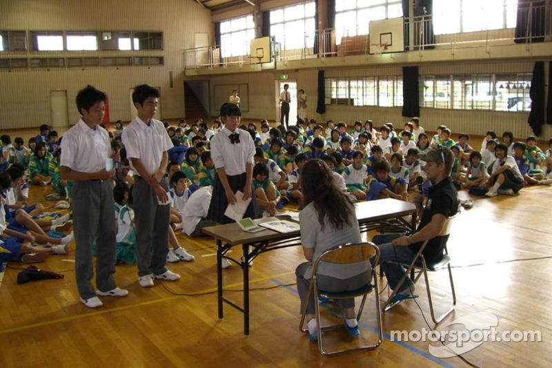 Casey Stoner visita una escuela local